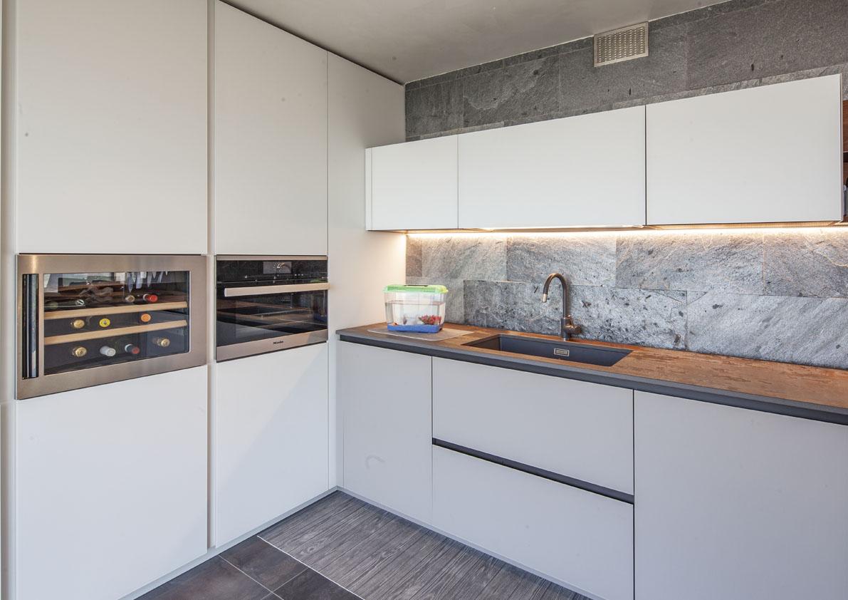 cucina bianca moderna di design con penisola