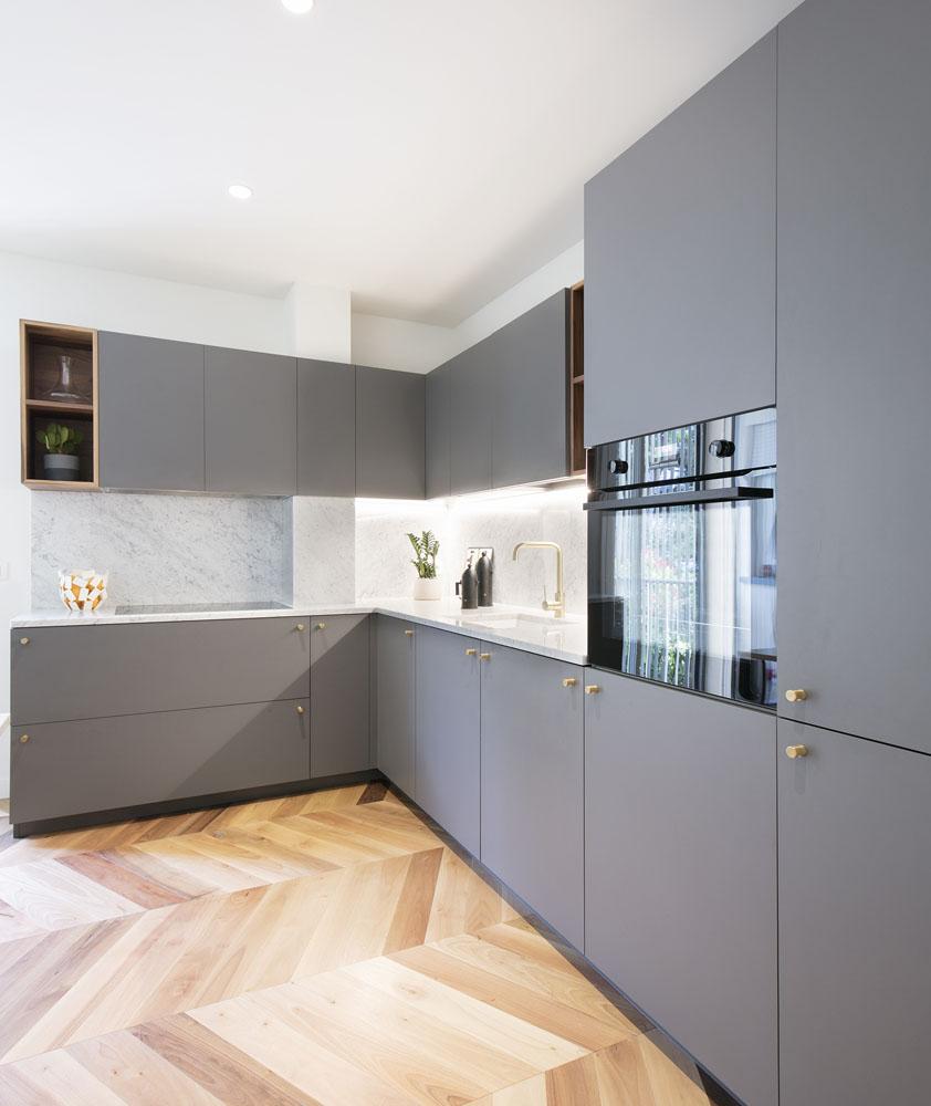 cucina maniglie ottone e top marmo bianco di carrara