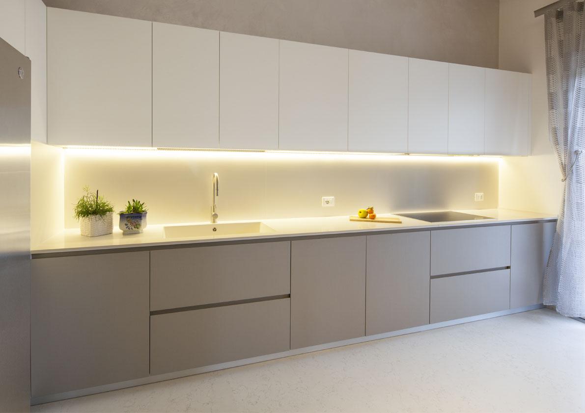 cucina moderna con gola bianca e tortora su misura poliform varenna