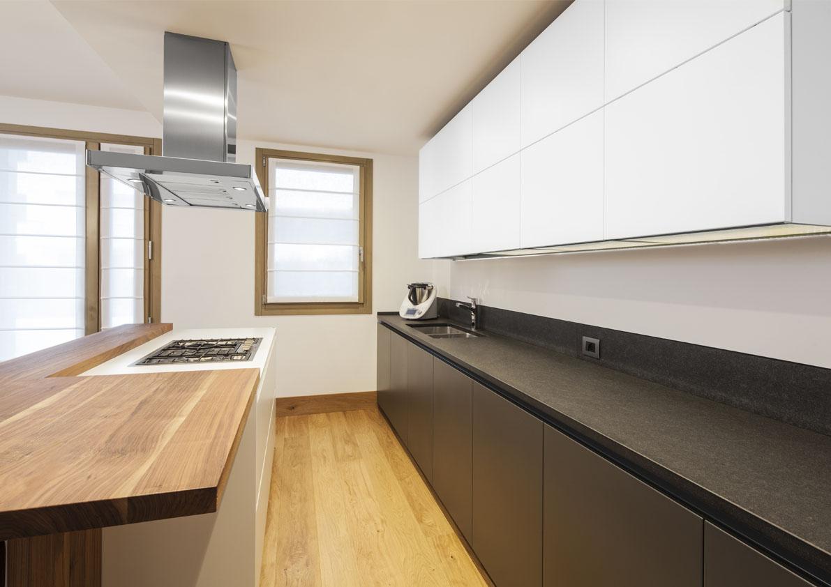 cucina con isola bianca e nera