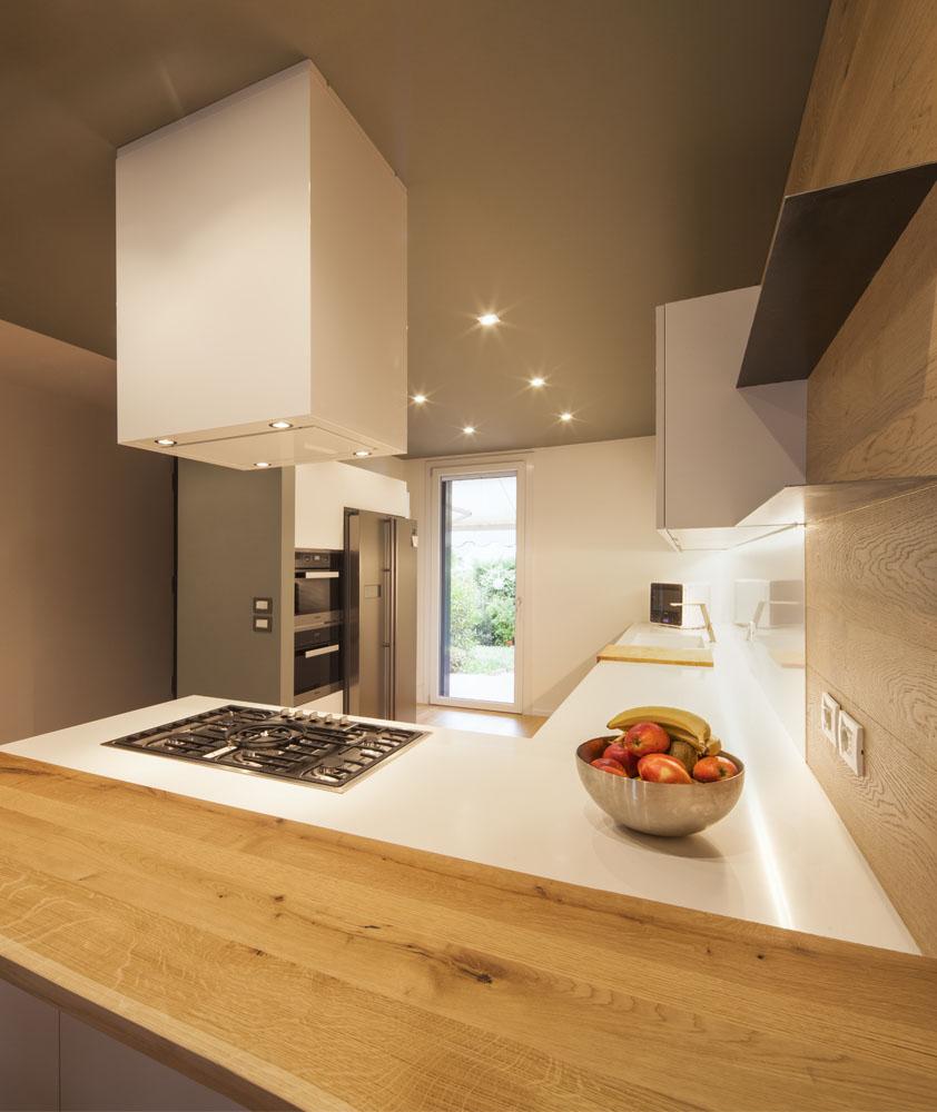 cucina con penisola total white poliform varenna