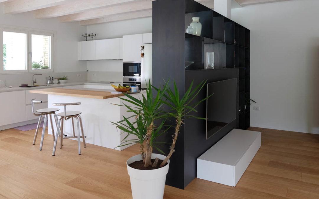 Cucina con mobile tv integrato