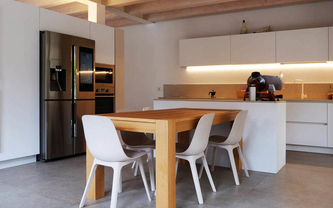 Cucina con tavolo in appoggio all' Isola e Camera con scrivania
